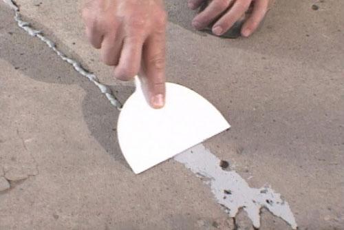 Как устранить в полу трещины