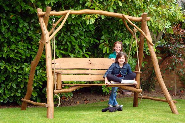 Поддерживающая конструкция с навесом для садовых качелей