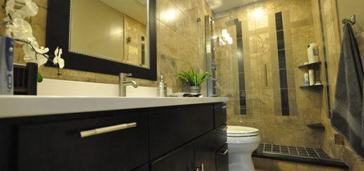 Отделка потолка ванной комнаты краской