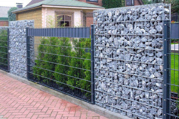 Как сделать забор из профнастила, дерева, сетки рабицы, камня